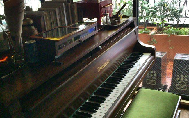 新宿ピアノバー「ツィマーマンベビーグランド」バッハの故郷ライプツィヒにあるピアノメーカーです